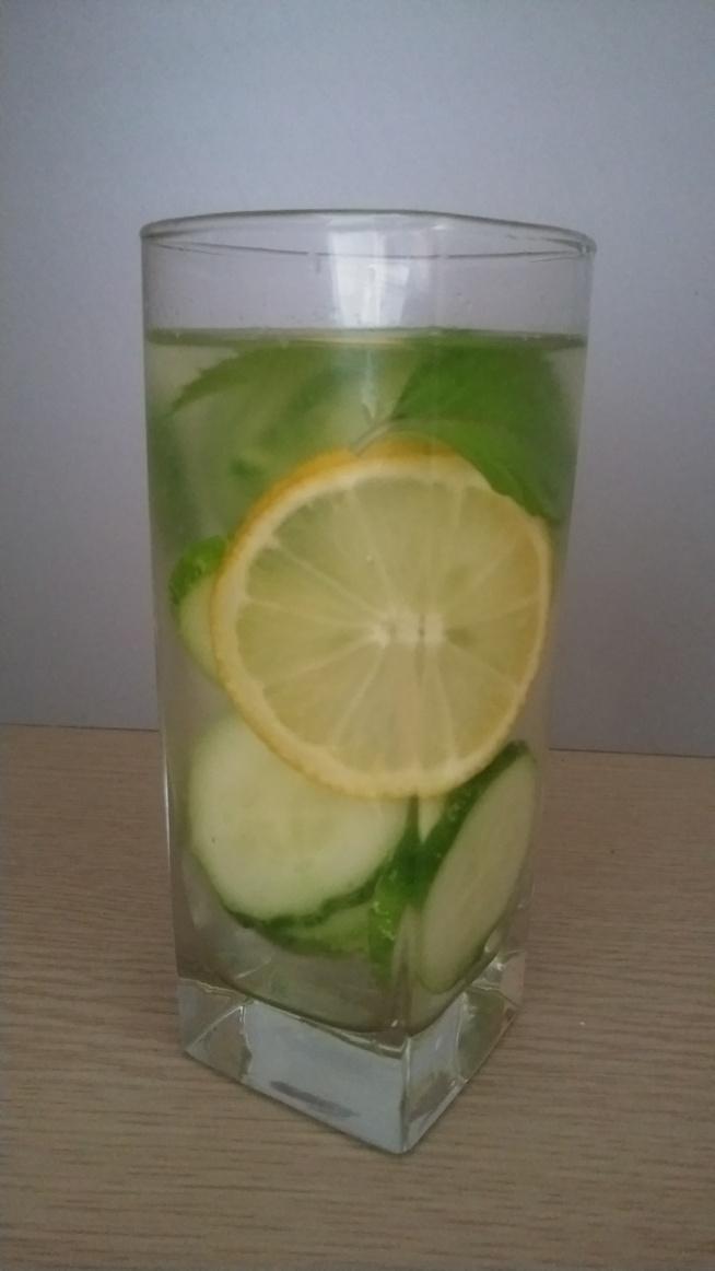 Napój na płaski brzuch :) Jeden ogórek,sok z połowy cytryny, kilka listków mięty i litr wody :)