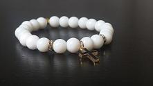 Jadeitowa biała bransoletka z zawieszką - krzyżykiem wykonana na zamówienie. ...