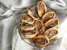 Ślimaki z ciasta francuskiego z jabłkiem i cynamonem jako przekąska w upalne ...