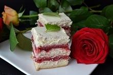 delikatne ciasto z frużeliną truskawkową i kremem z białej czekolady