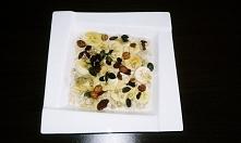 Śniadanie  Owsianka na mleku z bananem, syropem klonowym, orzechy laskowe, pe...