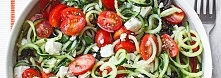 Sałatka grecka ze spiralizera 4 małe ogórki gruntowe 250 g pomidorków koktajlowych 1 młoda cebula ze szczypiorkiem 125 g fety 1/3 szklanki czarnych oliwek Sos 1 łyżeczka suszone...
