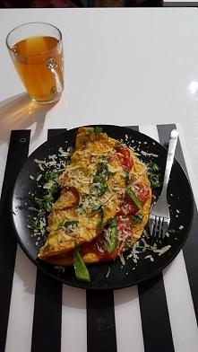 Omlet z 3 jajek, szynka, pomidor, zielona papryka...