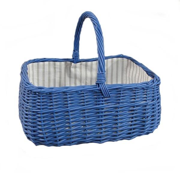 Niebieski wiklinowy koszyk z wyściółką  - wzór pasy biało-szare