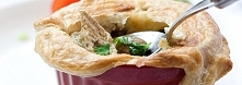 ZAPIEKANKA Z KURCZAKIEM I PIECZARKAMI SKŁADNIKI  300 g piersi kurczaka (1 duża lub 2 małe) 2 łyżeczki oregano sól i pieprz 1 łyżka soku z cytryny 2 łyżki oliwy  ORAZ:  50 g masł...