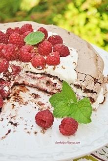 Czekoladowe ciasto bezowe z malinami (przepis po kliknięciu w zdjęcie)