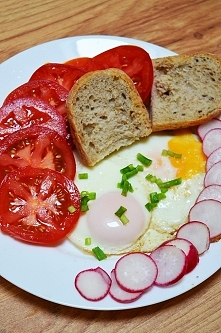 2 jajka sadzone, 2 pomidory 2 rzodkiewki :) 2 kawałki bułki