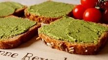 Kanapka z zieloną pastą ;) Szklanka bobu, łyżka oliwy, 2 łyżki soku ze świeże...
