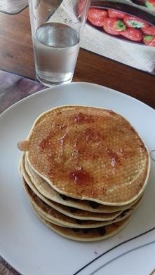 pancake z dżemem jagodowym i truskawkowym