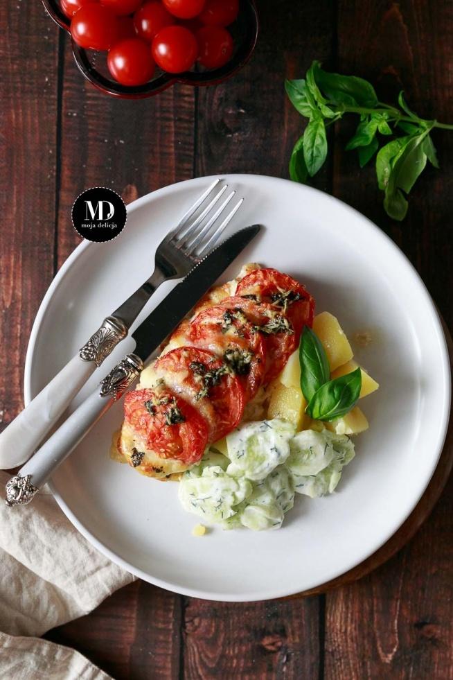 Zapiekane piersi z kurczaka z pomidorami i mozzarellą, podane z ziemniaczkami i mizerią.