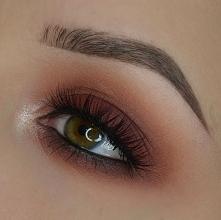 Bordowo-rudawy prosty makijaż podkreślający kolor oczu :)