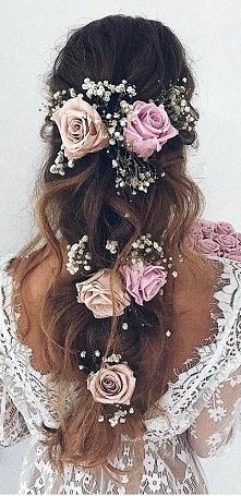 Fryzura ślubna z kwiatami