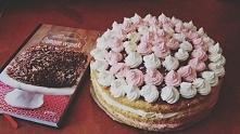 Słodki torcik waniliowo-malinowy.