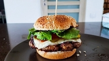 Domowy, zdrowy burger.