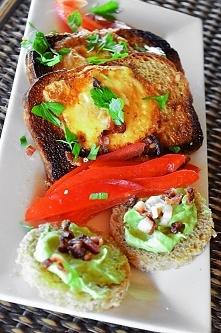Śniadanie 395 kcal - jaja smażone w chlebie żytnim z dynią, do tego pasta z a...