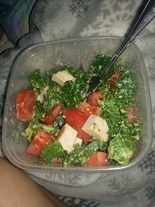 Pyszna salatka z jarmużem i indykiem. ✅Jarmuż - dwie garści ✅Indyk wędzony - 50 g pokrojone w kostkę ✅Pomidor - 1 sztuka pokrojone w kostkę ✅Sos musztardowy - dwie łyżki oliwy z...