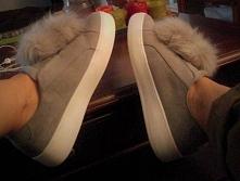 buty z pomponami