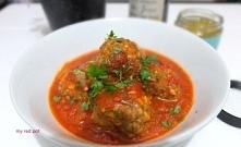 Pulpeciki jagnięce z serem halloumi i chermoulą w pomidorowym sosie.