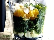 Składniki: 1-2 szklanki jarmużu, 1 pomarańcza, 1 jabłko, 1 banan, 1 szklanka wody mineralnej.  Wykonanie: Na dno kielicha blendera wlać szklankę wody mineralnej. Dodać obrane i ...