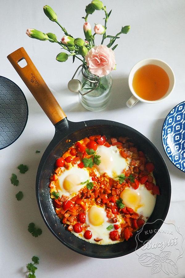 Szakszuka z papryką i kiełbasą – idealne śniadanie na weekend