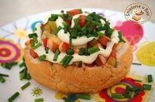 Kajzerki faszerowane parówką, żółtym serem i warzywami