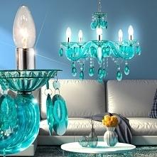 Piękna lampa wisząca o tradycyjnym kształcie i nietypowym kolorze. Kryształki...