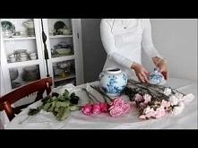 Aranżacja różowych kwiatów w biało-niebieskiej ceramice z homelikeilike.com