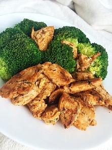 pierś z kurczaka w ziołach oraz brokuł - niskie węgle.