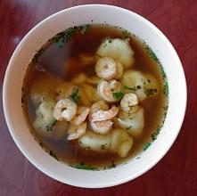 Zupa a'la won ton. Pierozki z krewetkami, krewetki, bulion z imbirem i chili . Mniam!