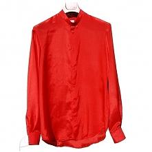 Czerwona koszula jedwabna. ...