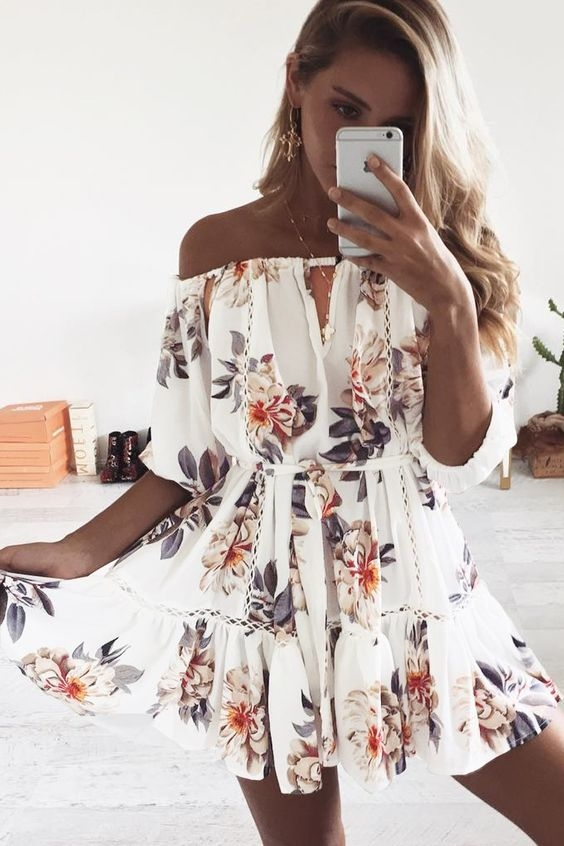 Biała sukienka w kwiaty to najchętniej wybierana sukienka młodzieżowa latem.