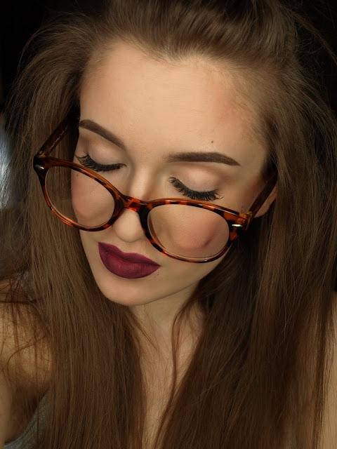 Prosty makijaż z rzęsami i bordowymi ustami