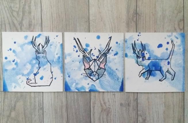 3 modne obrazy przedstawiające geometrycznego kota-jelenia. Malowane ręcznie - technika : farby akrylowe i flamaster. Projekt własny. Link w komentarzu :)