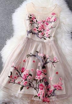 Cudowna sukienka w haftowane kwiaty.