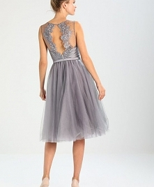 Pięknie zdobiony tył sukienki koktajlowej Chi Chi London DELLA.