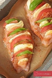Zapiekany kurczak nadziewany mozzarellą, pomidorami oraz bazylią