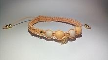 Piękna bransoletka makramowa z zawieszka złotego listka w kolorach brzoskwini...