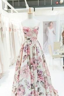 Perfekcyjna długa sukienka w kwiaty.