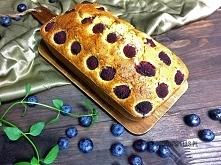 Bezglutenowe ciasto z cukinii z malinami i borówkami