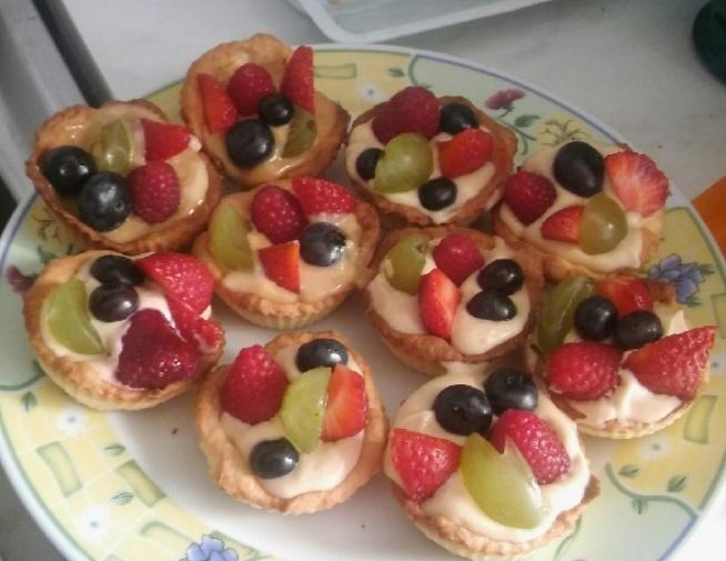 Tartaletki z kremem z mascarpone połączone z sosem krówkowym, i owocami :) na wierzch jeszcze studzi sie galaretka brzoskwiniowa :)