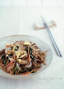 Koreański smażony makaron z wołowiną- Japchae. Przepis po kliknięciu w zdjęcie.