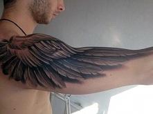 tatuaż skrzydła na ramionach 3D