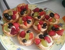 Tartaletki z kremem z mascarpone połączone z sosem krówkowym, i owocami :) na...