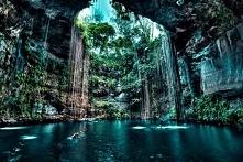 Cenote,Meksyk-jest to studnia krasowa utworzona w skale wapiennej.takie obiek...