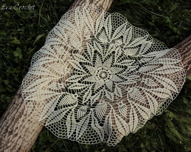 Duża 60 cm serweta w kolorze kremowym. Idealna na prezent lub do dekoracji drewnianego stołu.