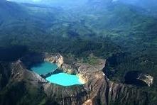Kelimutu,Indonezja- wulkan znajdujący się na wyspie Flores. W jego podzielony...