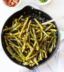 fasolka szparagowa smażona na maśle z czosnkiem, papryczką chili i tartym par...