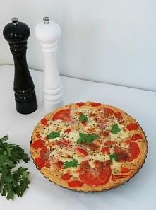 Tarta jaglana z pomidorami i mozzarellą