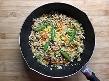 Szybka patelnia z ryżem, kurczakiem i warzywami po chińsku. Wersja wege oraz ...