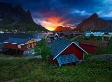 Najchętniej układane puzzle w ubiegłym tygodniu!  Na zdjęciu piękny widok z Norwegii. Drewniane domki nad wodą, wszystko w scenerii gór i zachodu słońca. Jeżeli ktoś z Was, nie ...